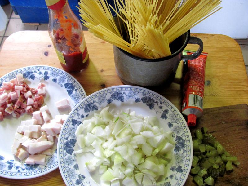 Spagheitti mit Zwiebeln und Saure Gurkensoße