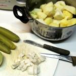 Bratkartoffeln mit sauren Gurken
