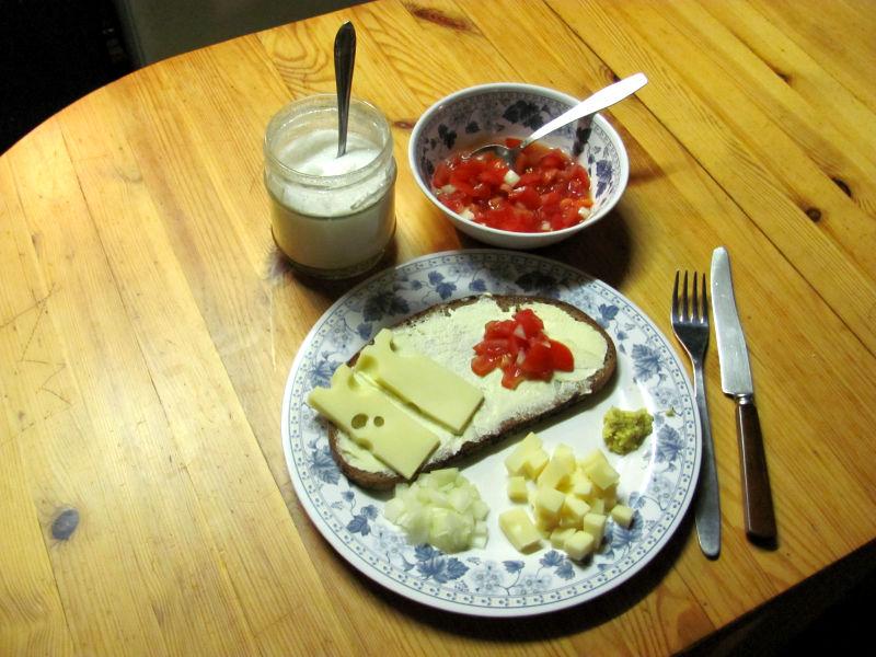 Emmentaler,Tomaten mit Ingwer auf Brot