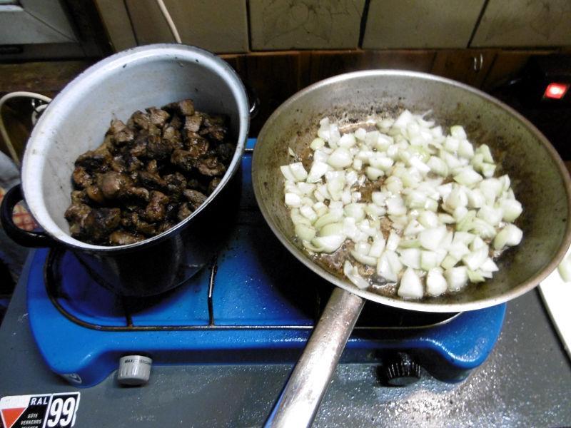 Wildschweingulasch mit Brot und Zwiebeln